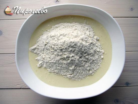 Добавляем сухие ингредиенты к жидким и замешиваем густое тесто