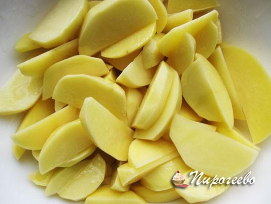 Картофель нарезаем на тонкие дольки