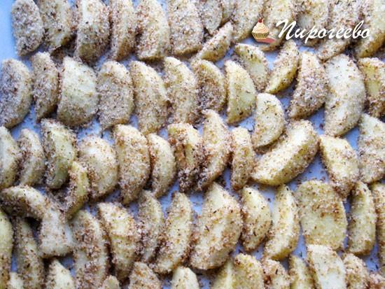 Выкладываем картофель на противень, предварительно обваляв в панировке