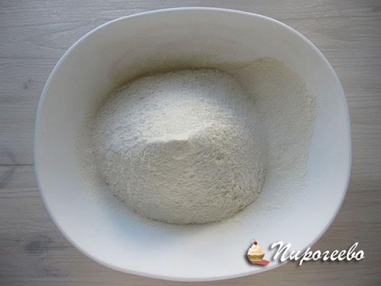 Сухие ингредиенты соединяем  в отдельной миске