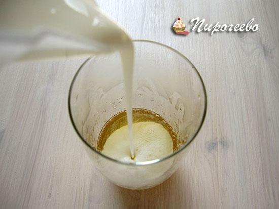 Добавляем сливки в стакан с желатином