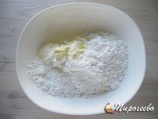 смешиваем маскарпоне и сахарную пудру в одной миске