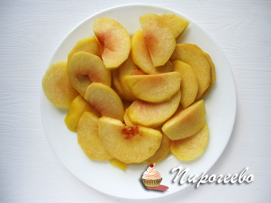 Нарезать персики тонкими ломтиками