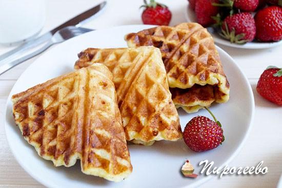 Вкусные творожные вафли с клубникой