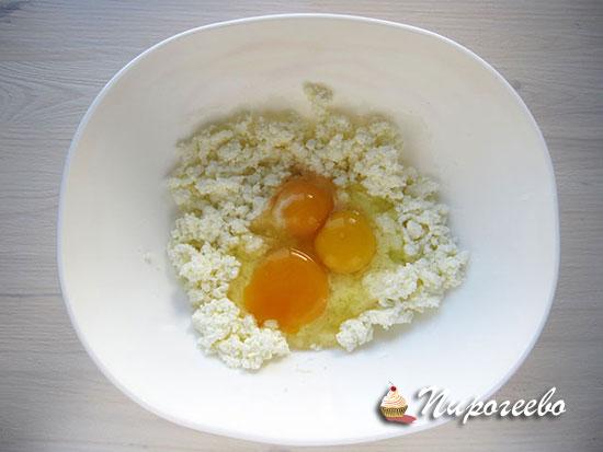 Смешиваем яйца с творогом в однородную массу
