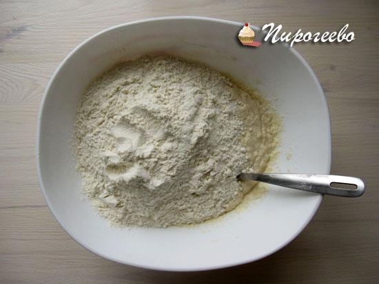 С помощью вилки замешать тесто для булочек
