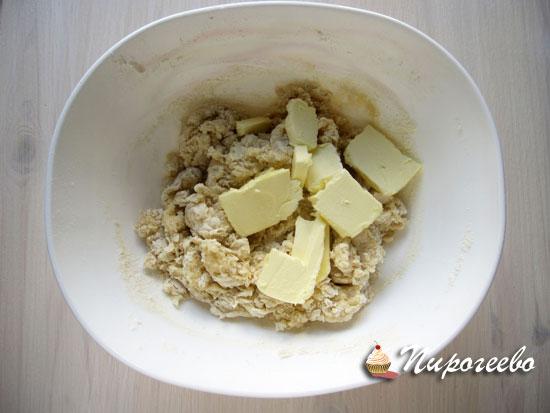 В миску положить нарезанное на кусочки масло