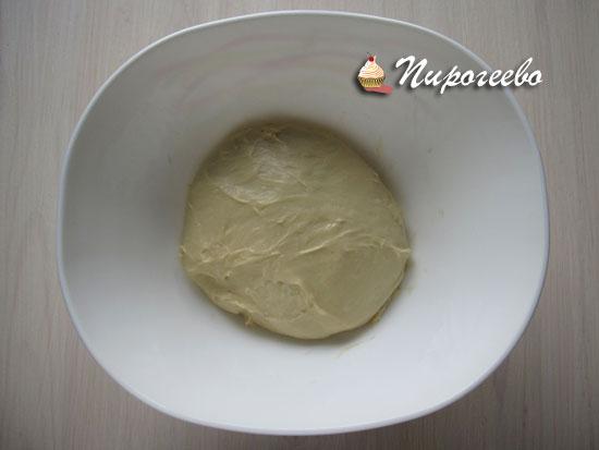 Поставить дрожжевое тесто на расстойку