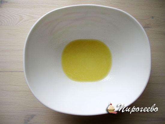 Растворить кусочки масла в молоке