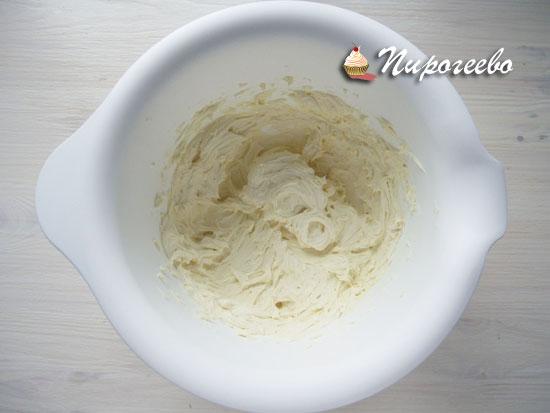 Перемешиваем все ингредиенты для крема