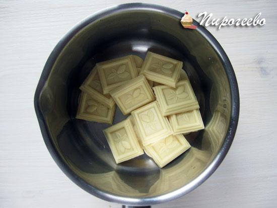 Выкладываем кусочки шоколада в сотейник
