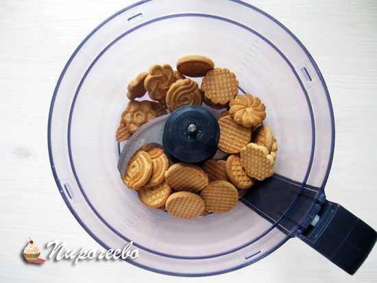 Положить печенье в чашу блендера