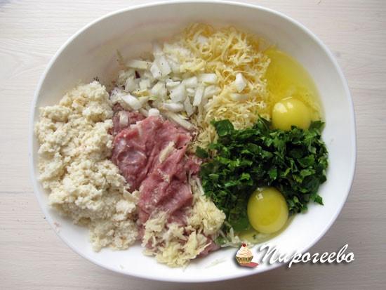 Перемешать фарш с сыром и яйцами