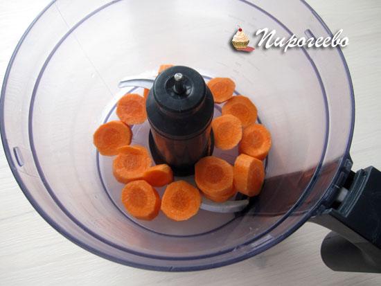 Измельчить морковь в блендере