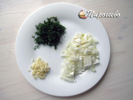 Мелко нарубить чеснок, лук, зелень