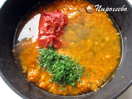 Добавить томатную пасту и бульон в сковороду