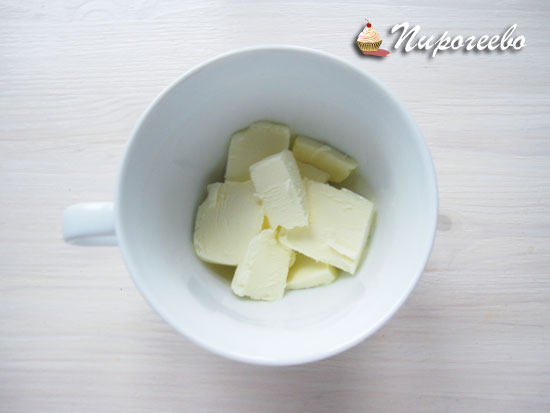 Сливочное масло нарубить кусочками и растопить в микроволновке