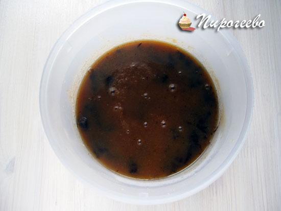 Растворить кусочки шоколада в горячей карамели