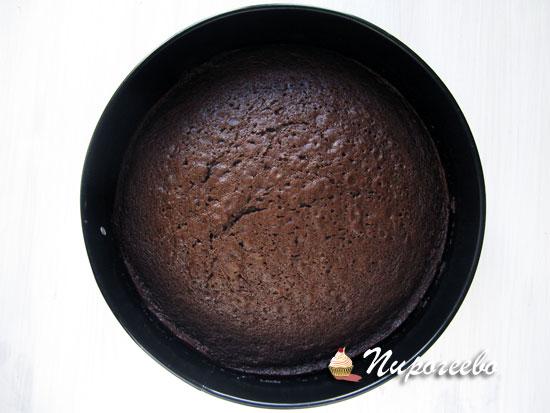 Дать остыть шоколадному бисквиту