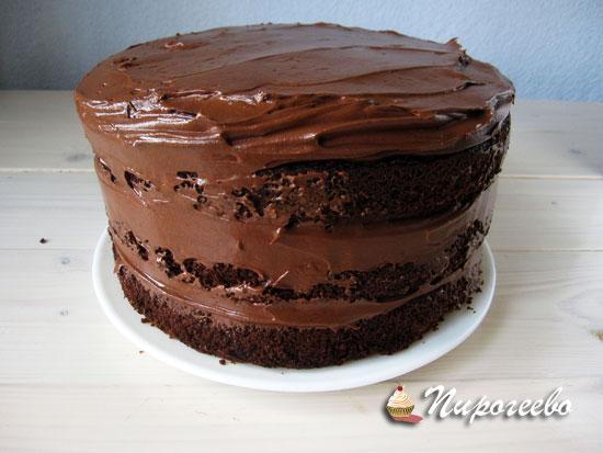 Выровнять торт с помощью крема