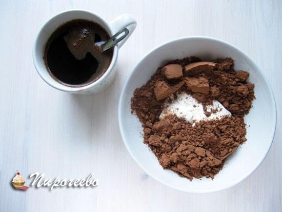Заварить кофе, смешать порошок какао со сметаной