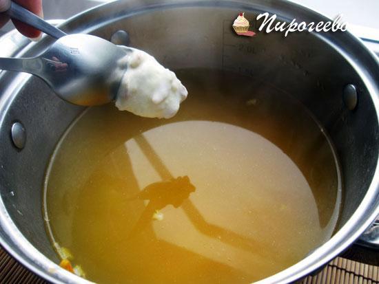 Опускаем тесто в суп в кипящую воду