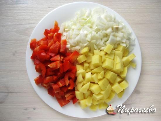 Вымыть и нарезать все овощи
