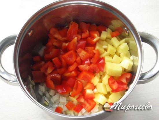 Нарезать все овощи небольшими кусочками
