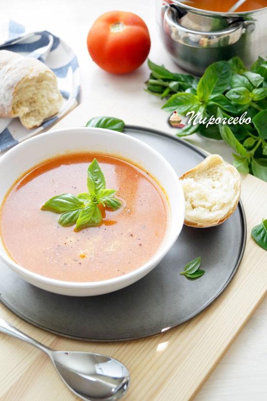 Суп с запеченными томатами и базиликом