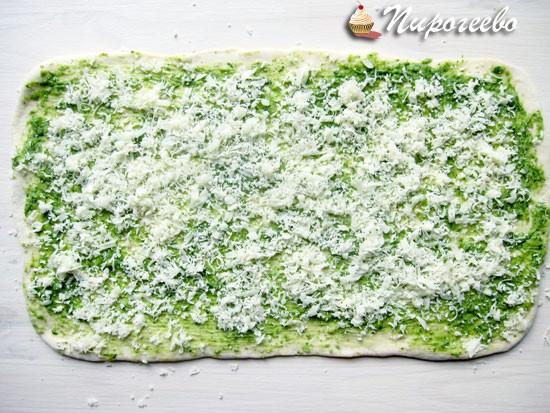 Присыпать сыром багет