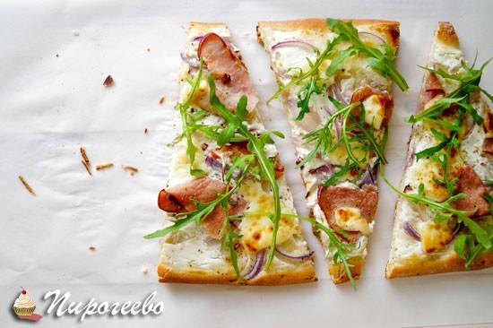 Как приготовить тонкую пиццу с ветчиной и белым соусом