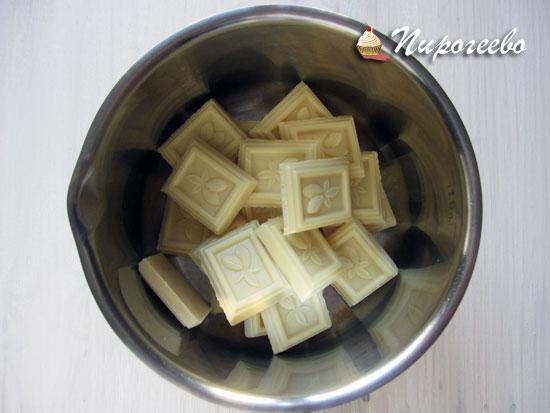 Белый шоколад разломить на кусочки