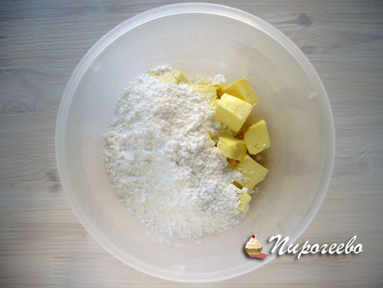 Добавить сахарную пудру к сливочному маслу и взбить с помощью миксера