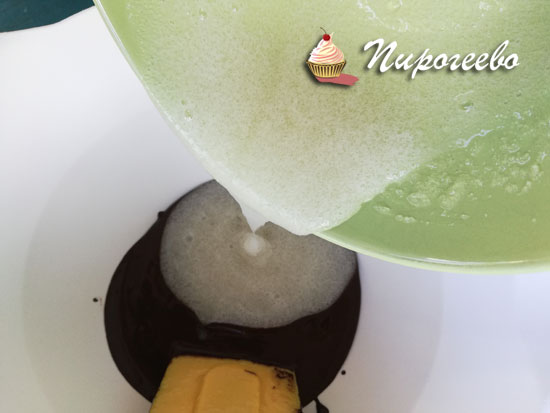 Выливаем желатиновую массу в шоколадную