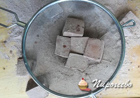 Стряхиваем лишнюю сахарную пудру