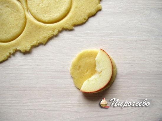 Кружочки теста накрываем яблоками