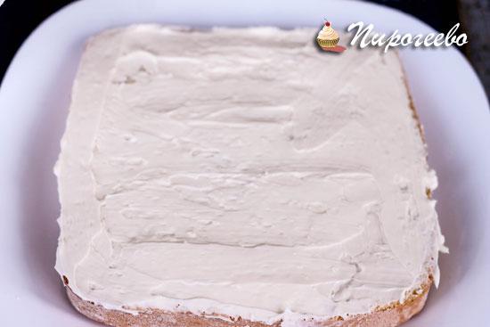 Смазываем кремом бисквитный корж для торта