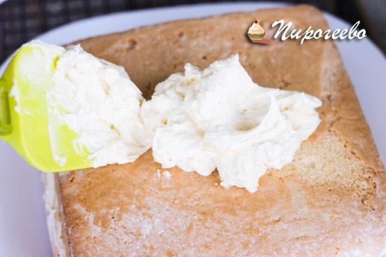 Выкладываем небольшое количество крема на бисквит и выравниваем