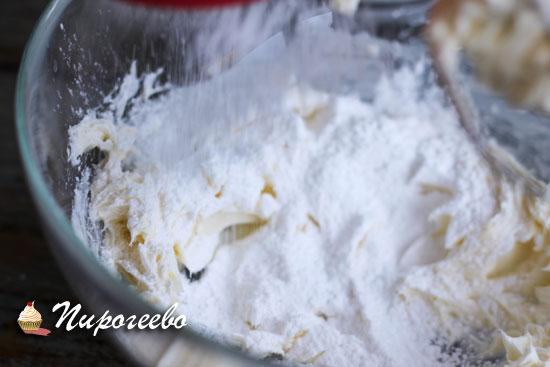 Добавить сахарную пудру и взбить добела