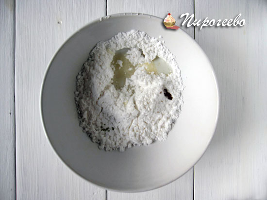 Приготовить глазурь из сахарной пудры и молока