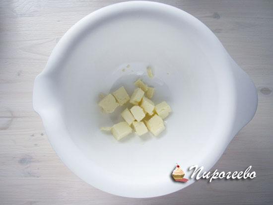 Сливочное масло нарубить на кусочки