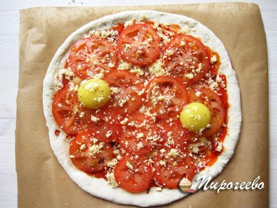 Домашняя пицца с яйцами и помидорами