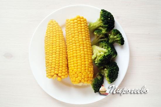 Брокколи  разобрать на соцветия, кукурузу отварить