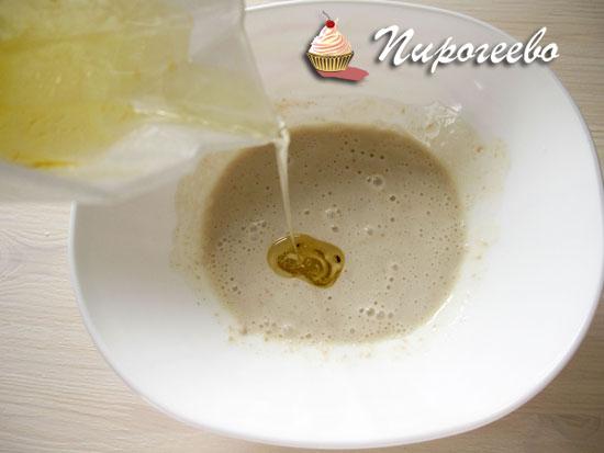 Вылить растительное масло в основную массу
