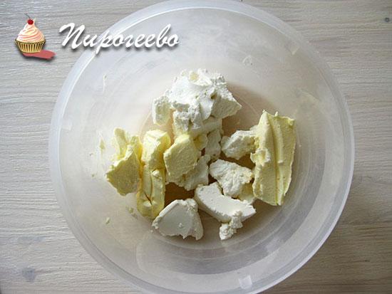 Выложить в миску сливочное масло и сыр