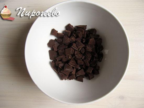 Разломить шоколад на мелкие кусочки