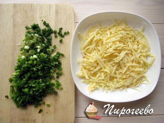 Сыр натереть на терке, а зелень нарубить