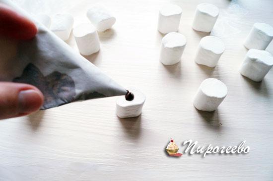 Выдавить растопленный шоколад на маршмеллоу