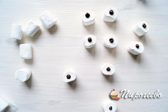 Украсить каждый кусочек каплей шоколада