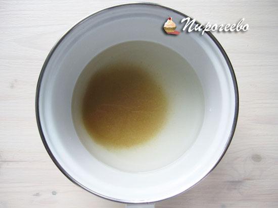 Воду и сахар смешать в одной кастрюле